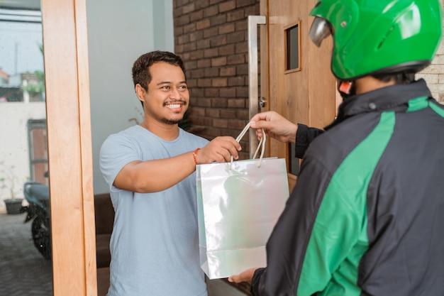 Usługa dostawy człowieka uber wysłać torbę na zakupy
