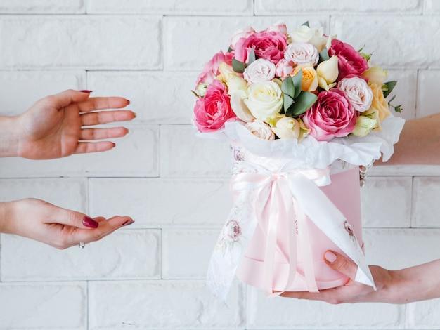Usługa dostawy kwiatów prezent urodzinowy niespodzianka