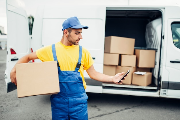 Usługa dostawy ładunków, kurier z pudełkiem i telefonem