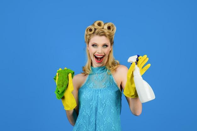 Usługa sprzątania sprzątaczka sprzątaczka sprzątanie narzędzia do czyszczenia piękna kobieta trzyma miotełkę i spray szczęśliwa