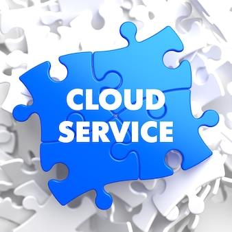 Usługa w chmurze na niebieskiej łamigłówce na białym tle.