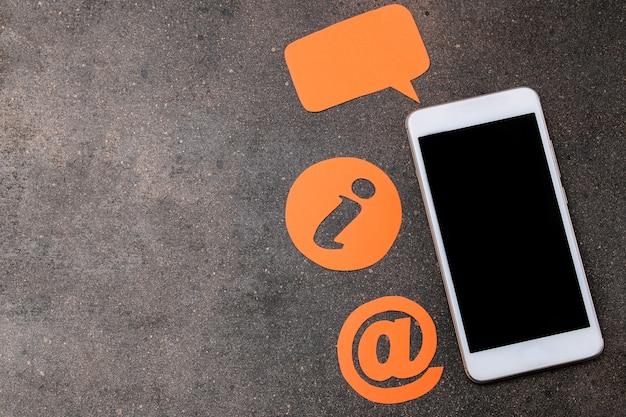 Usługa wsparcia klienta. skontaktuj się z nami, aby uzyskać opinię. pulpit ze smartfonem i różnymi ikonami opinii. widok z góry