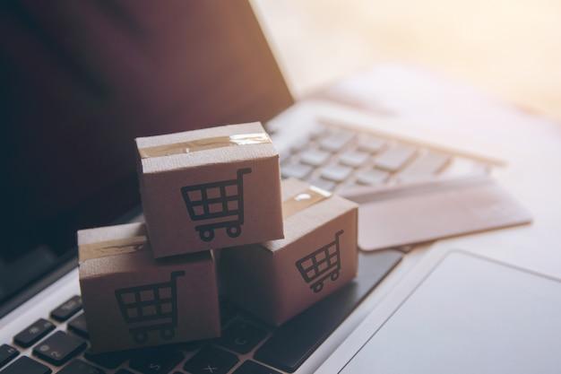 Usługa zakupy w internecie. z płatnością kartą kredytową i oferuje dostawę do domu. paczki lub kartony papierowe
