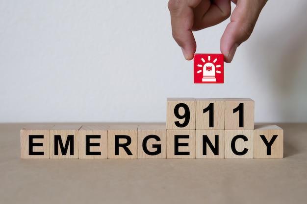 Usługi alarmowe pod numerem 911 na drewnianych klockach z zabawkami.