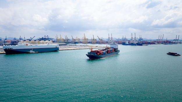 Usługi biznesowe i przemysłowe logistyka kontenerów transportowych import i eksport międzynarodowy otwarty port morski i tło portu wysyłkowego