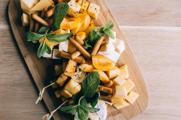 Usługi cateringowe z przekąskami i jedzeniem na talerzu w restauracji