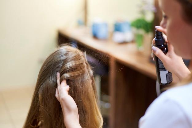 Usługi fryzjerskie. proces układania włosów w salonie piękności.