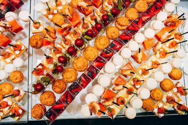 Usługi kateringowe. bufet z owocami morza. kanapki z czerwoną rybą, sosem krewetkowym, małe kanapki.