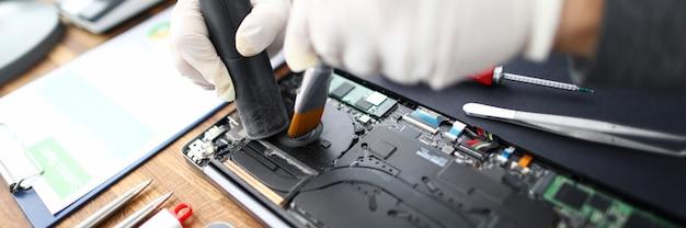 Usługi komputerowe czyszczące kurz z komputera
