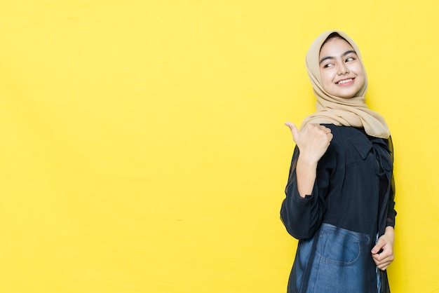 Uśmiech i szczęśliwa twarz azjatyckich kobiet wskazują na pustą przestrzeń treści. koncepcja modelu reklamowego.