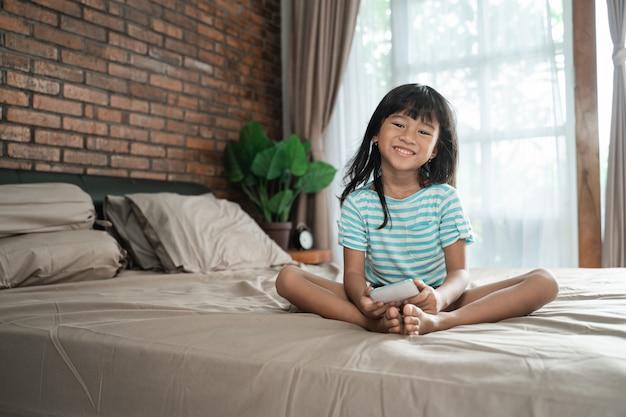Uśmiech młodej dziewczyny mienia telefon