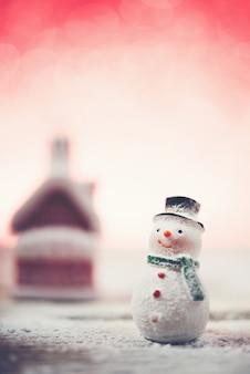 Uśmiecha bałwana ze śniegu i jasnym tle