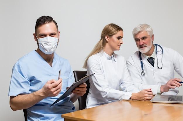 Uśmiecha się mężczyzn stetoskop ustawić szpital jednolite