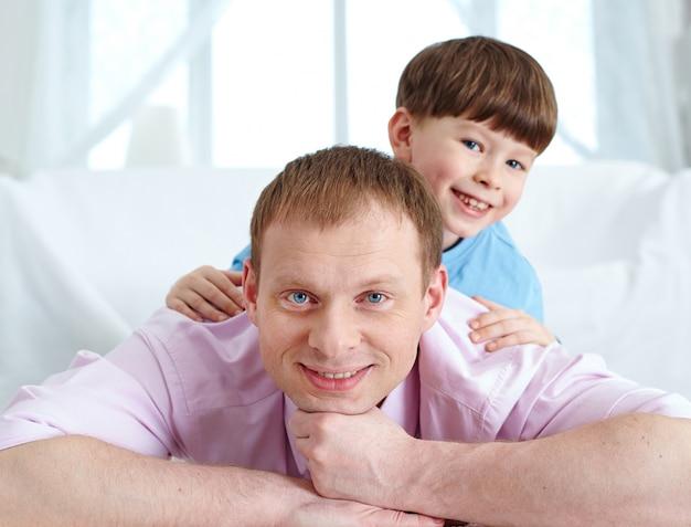 Uśmiecha się ojca z synem