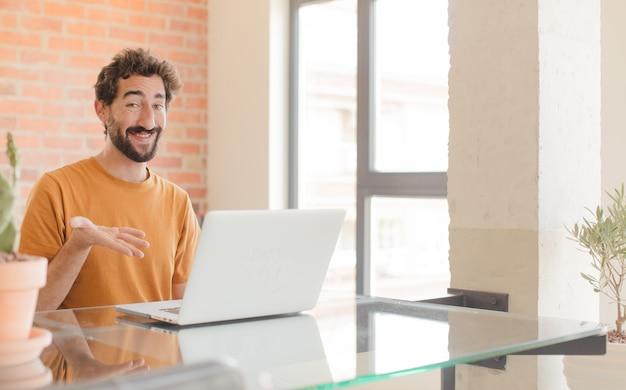 Uśmiecha się radośnie czuje się szczęśliwy i pokazuje koncepcję w przestrzeni kopii z dłonią