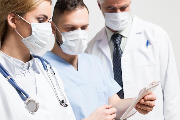 Uśmiecha się studio brodzie personelu medycznego personelu