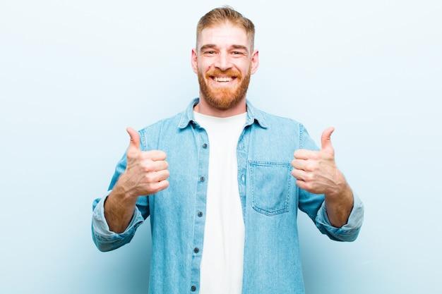 Uśmiecha się szeroko, szczęśliwy, pozytywny, pewny siebie i odnoszący sukcesy, z kciukami do góry