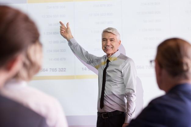 Uśmiecha się zespół wykł business coaching