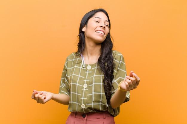 Uśmiechając się, czując się beztrosko, zrelaksowany i szczęśliwy, tańcząc i słuchając muzyki, dobrze się bawiąc na imprezie
