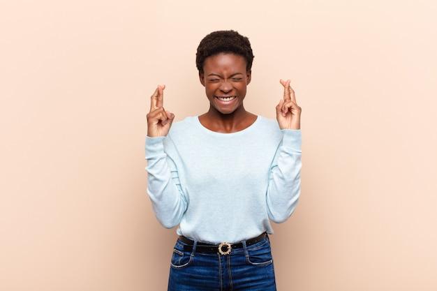 Uśmiechając się i niespokojnie krzyżując oba palce, martwiąc się i pragnąc powodzenia