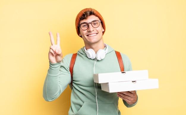 Uśmiechając się i wyglądając przyjaźnie, pokazując numer dwa lub sekundę z ręką do przodu, odliczając. koncepcja pizzy