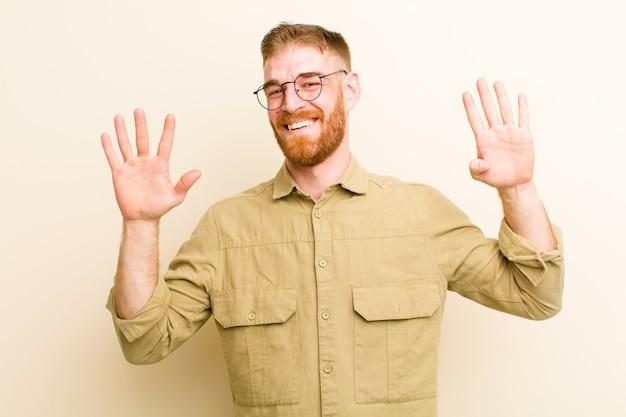 Uśmiechając się i wyglądając przyjaźnie, pokazując numer dziewięć lub dziewiąty ręką do przodu, odliczając