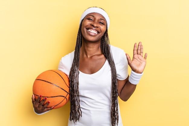Uśmiechając się radośnie i radośnie, machając ręką, witając cię i pozdrawiając lub żegnając. koncepcja koszyka
