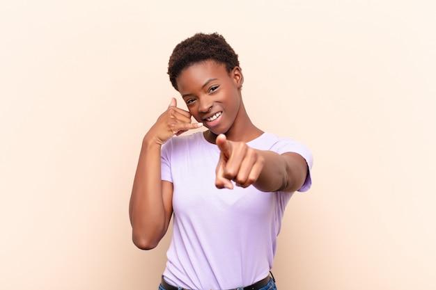 Uśmiechając się radośnie i wskazując podczas wykonywania połączenia gestem później, rozmawiając przez telefon