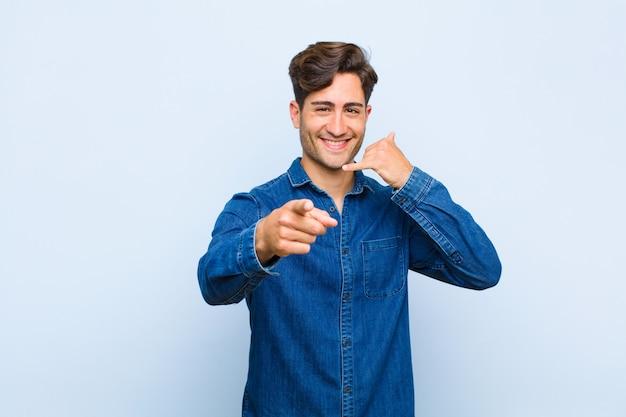 Uśmiechając się wesoło i wskazując na aparat, wykonując połączenie, gestykulujesz później