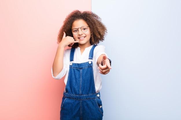 Uśmiechając się wesoło i wskazując podczas wykonywania połączenia, gestykulujesz, rozmawiasz przez telefon
