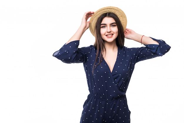 Uśmiechający się model pani w krótkiej niebieskiej sukience i barfoot kapeluszu na białym tle