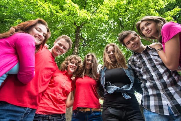 Uśmiechający się nastolatków pozowanie
