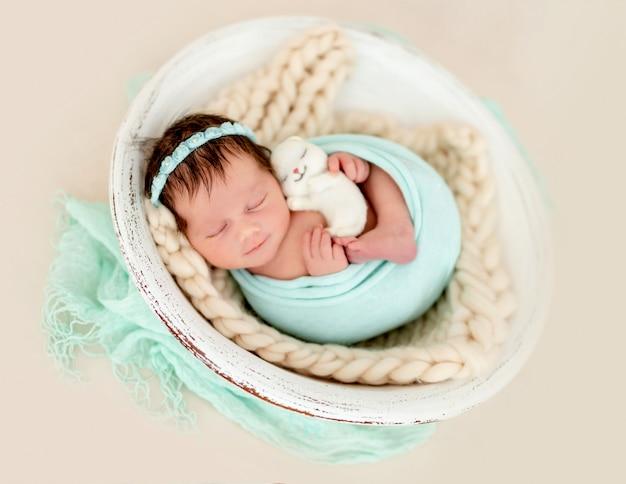 Uśmiechający się noworodek śpi