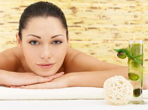 Uśmiechający się piękna kobieta w salonie kosmetycznym spa