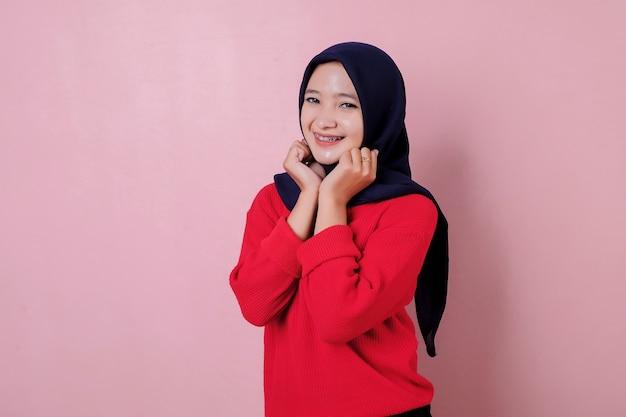 Uśmiechający się piękna młoda kobieta uroczy i wesoły na sobie czerwoną koszulkę