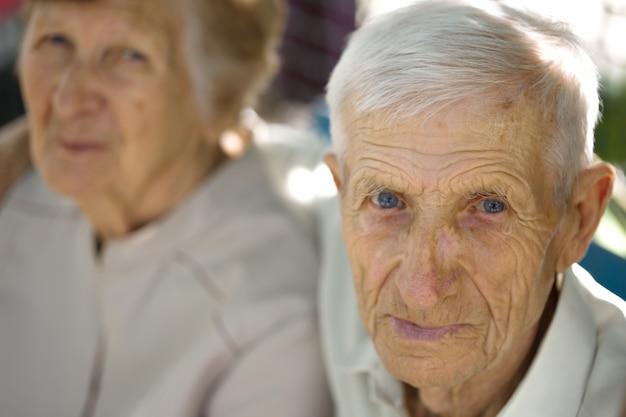 Uśmiechnięci dziadkowie. portret uśmiechniętego starszego mężczyzny i starszej kobiety