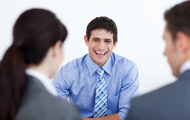 Uśmiechnięci ludzie biznesu dyskutuje przy akcydensowym wywiadem