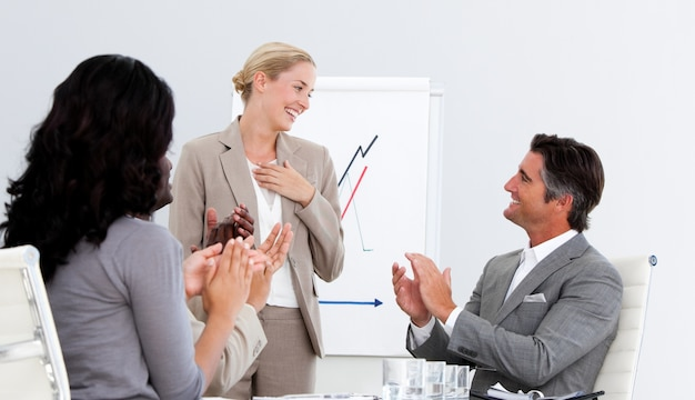 Uśmiechnięci ludzie biznesu oklaskuje dobrą prezentację