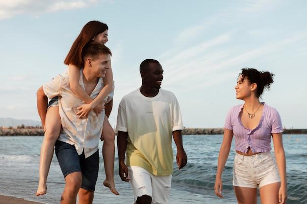 Uśmiechnięci ludzie na morzu o średnim ujęciach