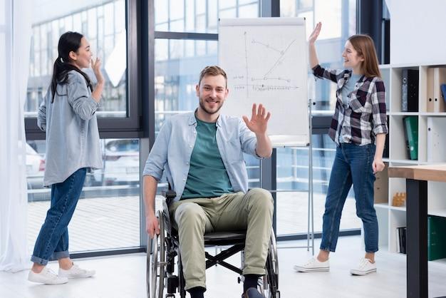 Uśmiechnięci ludzie pracujący razem