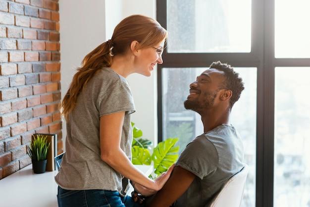 Uśmiechnięci partnerzy o średnim zasięgu