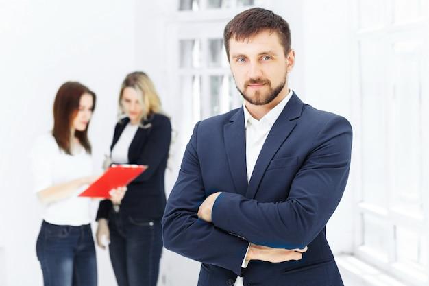 Uśmiechnięci pracownicy biurowi płci męskiej i żeńskiej