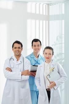 Uśmiechnięci pracownicy służby zdrowia