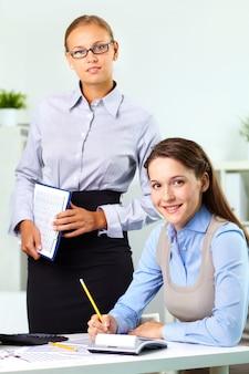 Uśmiechnięci pracownicy w biurze