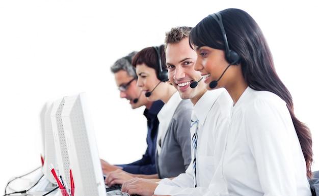 Uśmiechnięci przedstawiciele obsługi klienta z zestawem słuchawkowym