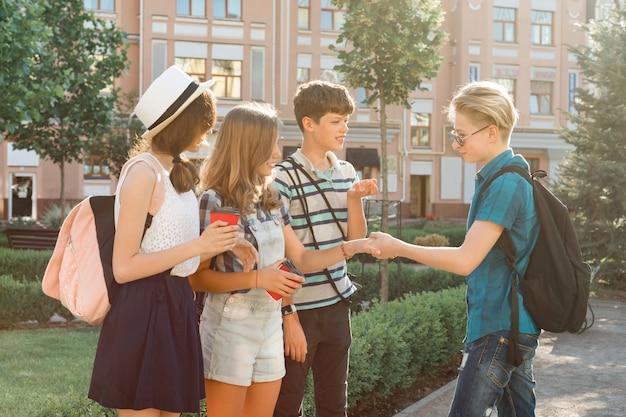 Uśmiechnięci przyjaciele nastolatków w mieście