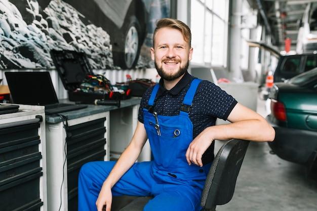 Uśmiechnięci repairmen przy warsztatem