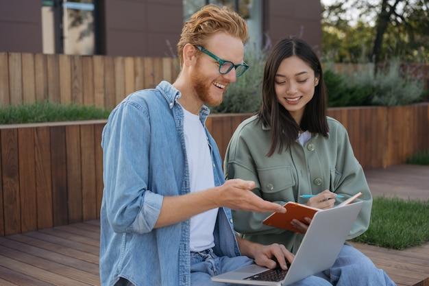 Uśmiechnięci studenci uczący się razem koncepcja kształcenia na odległość