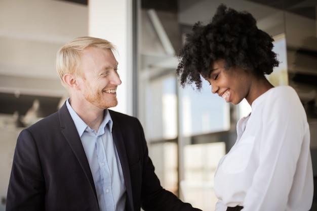 Uśmiechnięci szczęśliwi współpracownicy