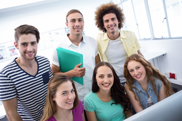 Uśmiechnięci ucznie w komputer klasie